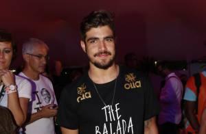 Caio Castro curte festa aos beijos com morena após noite de shows no Rock in Rio