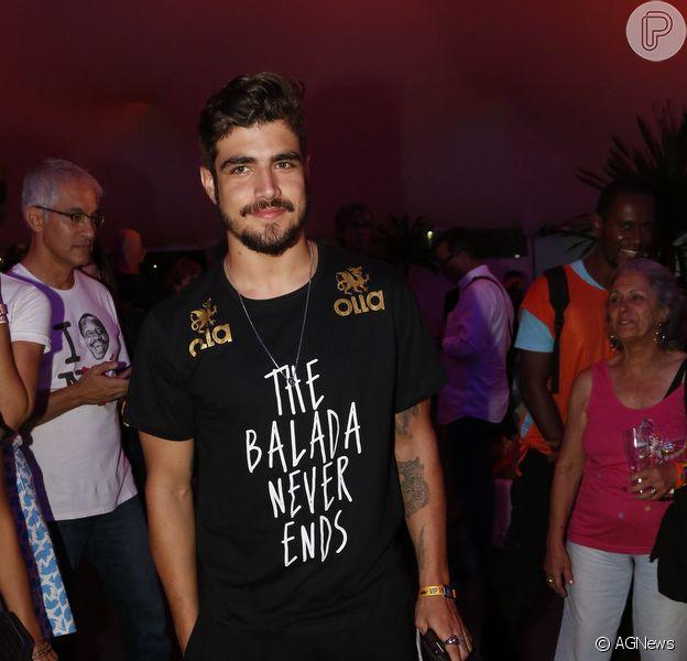 Caio Castro foi fotografado aos beijos com morena em festa após a primeira noite do Rock in Rio, em 19 de setembro de 2015