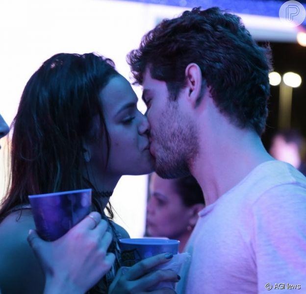 Bruna Marquezine e Maurício Destri trocam beijos em camarote no terceiro dia do Rock in Rio, no domingo, 20 de setembro de 2015