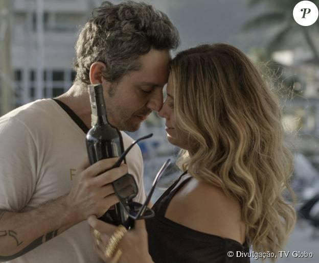 Atena (Giovanna Antonelli) seduz Romero (Alexandre Nero), em cena da novela 'A Regra do JOgo'