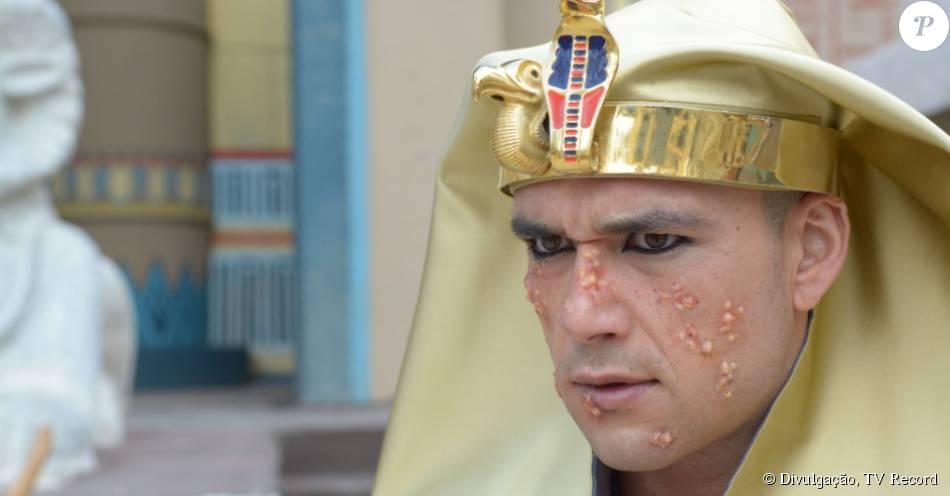 Vítima da sexta praga do Egito, Ramsés (Sérgio Marone) volta a negar o pedido de Moisés (Guilherme Winter) para que ele liberte os judeus, na novela 'Os Dez Mandamentos', em 28 de setembro de 2015
