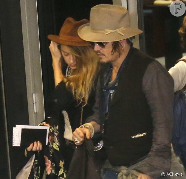 Johnny Depp chegou ao Brasil nesta terça-feira, dia 22 de setembro de 2015. O ator vai tocar no Rock in Rio com a banda The Holywood Vampire e chegou acompanhado da mulher, a atriz Amber Heard