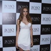 Cara Delevingne usa vestido decotado de R$ 1 mil em lançamento da Bo.Bô em SP