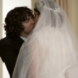 Após matar Alex (Rodrigo Lombardi), Angel (Camila Queiroz) se casa com Gui (Gabriel Leone) na igreja.