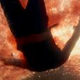 Após matar o amante,  Angel (Camila Queiroz) atira o corpo de  Alex (Rodrigo Lombardi) ao mar