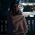 Para a polícia, Angel (Camila Queiroz) chora e diz que Alex (Rodrigo Lombardi) bateu a cabeça e caiu da lancha