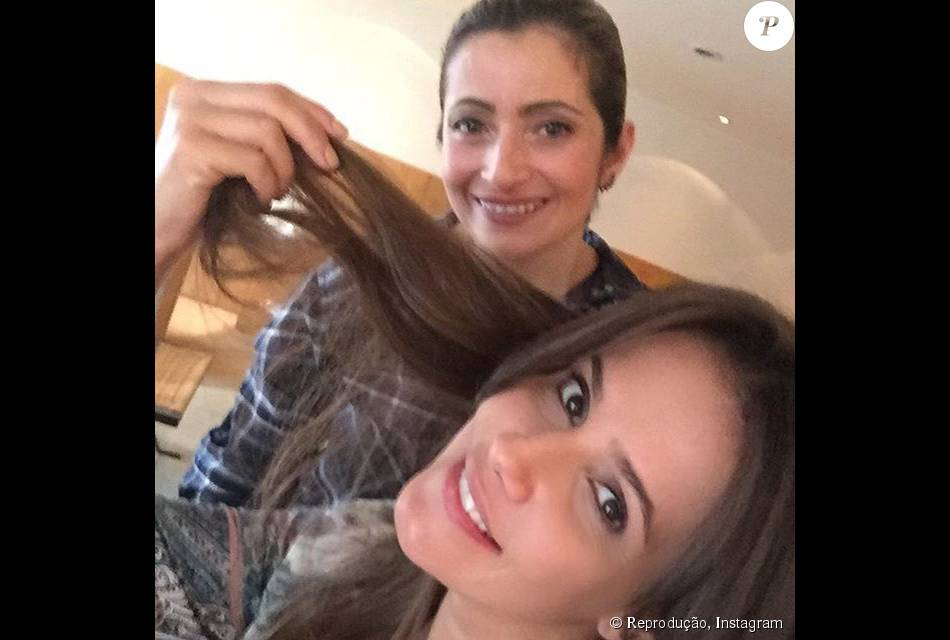 Deborah Secco alongou os cabelos nesta segunda-feira, 28 de setembro de 2015 com Milena Oliveira, especialista em mega hair do salão de Marcos Proença