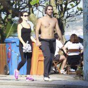 Bianca Bin caminha com o marido, Pedro Brandão, na orla da praia da Barra