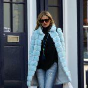 Kate Moss passeia de casaco de pele azul acompanhada do marido, Jamie Hince
