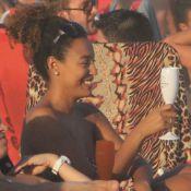 Sheron Menezzes curte praia com o namorado, champanhe e amigos no Rio