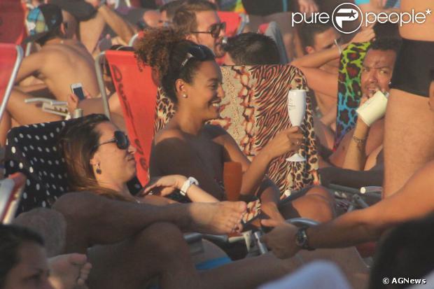 Sheron Menezzes aproveitou o sol no Rio de Janeiro para curtir a praia com os amigos e o namorado,  Saulo Bernard, em 3 de agosto de 2013