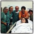 Leandro e Natália Guimarães posam com a equipe médica