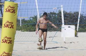 José Loreto joga futevôlei e toma banho de mangueira em praia do Rio