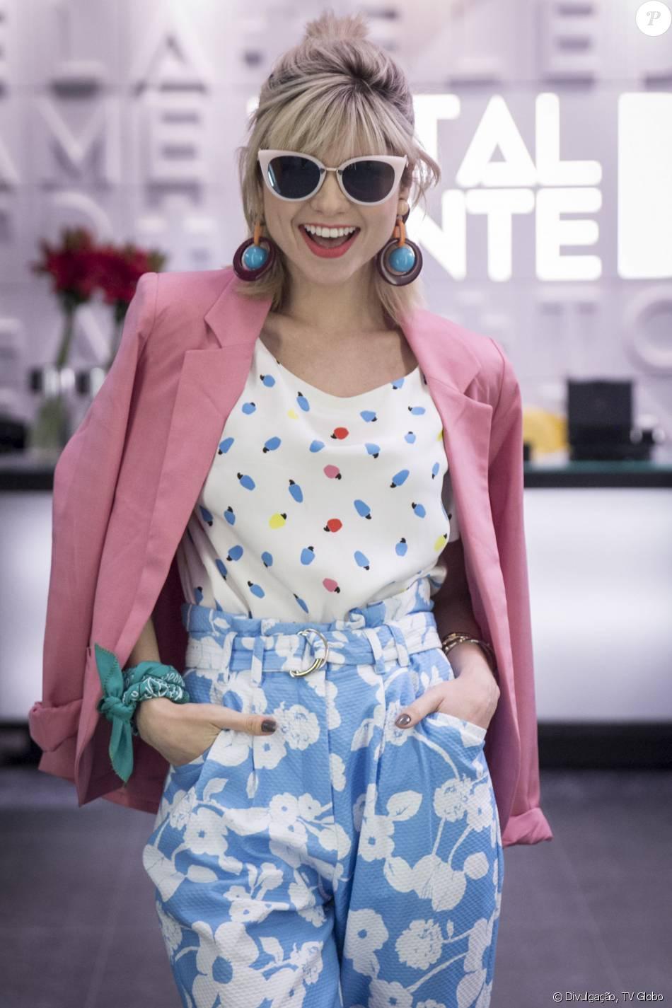 Lu (Julianne Trevisol) é ícone fashion na novela 'Totalmente Demais'. Para mais um dia na redação, a assistente apostou em calça Carina Duek da coleção Summer 2016 e blazer rosa Isolda