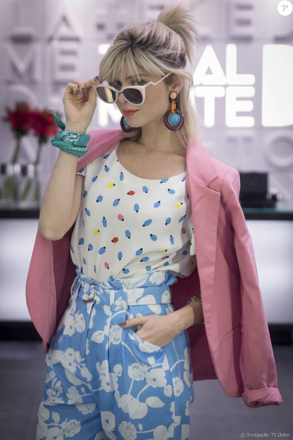 Lu (Julianne Trevisol) usa óculos descolados da grife Fendi, que podem ser  encontrados na loja online Farfetch por R  1.129 e brincos exclusivos Gla  ... 80d2465896