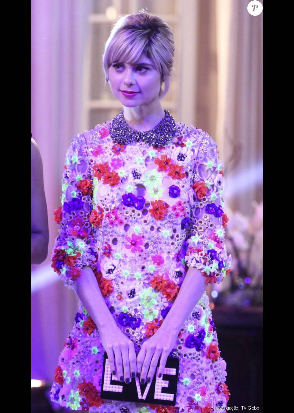 Lu (Julianne Trevisol) usou vestido com aplicações de flores artesanais da  grife PatBo na festa de lançamento do concurso Garota Totalmente Demais c0c3cd4196