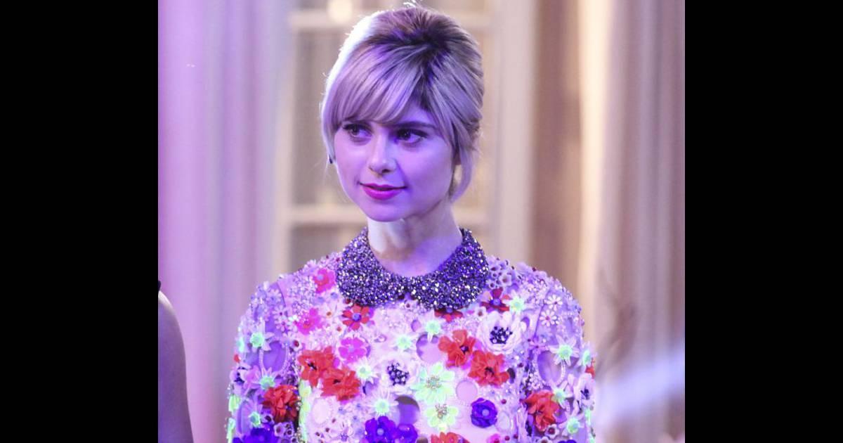 Lu (Julianne Trevisol) usou vestido com aplicações de flores artesanais da  grife PatBo na festa de lançamento do concurso Garota Totalmente Demais -  ... fe65030d98