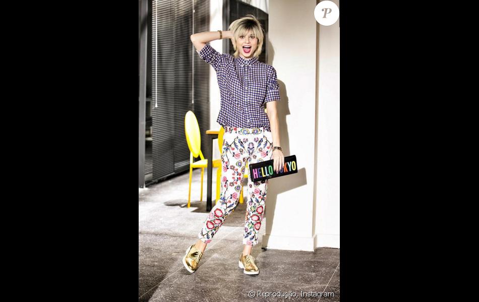 A assistente de Carolina aposta em peças impactantes, como o tênis dourado  da Zara e a clutch Kate Spade de R 1.153, da coleção outono 2014 28fab973b2