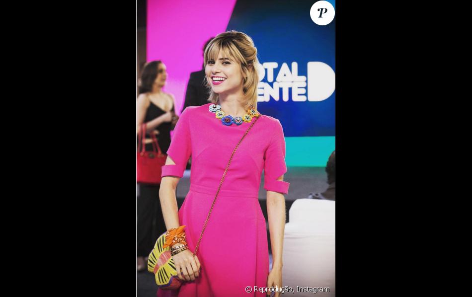Em uma das fases do concurso Garota Totalmente Demais, Lu (Julianne Trevisol)  apareceu com look total pink. O vestido é da grife Olympia e bolsa  borboleta ... 25664b10e5