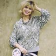 Sport chic, o look da Lu (Julianne Trevisol) para mais um dia de trabalho é composto por blusa Michael Kors e bolsa relógio da Kate Spade