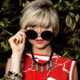 Em dias corridos é preciso saber combinar os mesmos acessórios com produções diferentes. Lu (Julianne Trevisol) usou novamente o colar Saint-Tropez com outro look, com pulseiras de abacaxi Marselha da Ylla Bijoux e óculos redondos estilo anos 60 e 70