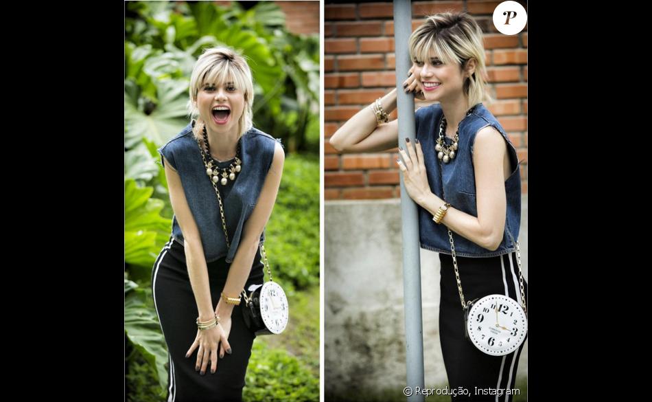 A mesma blusa jeans agora combinada com saia midi sport e a bolsa relógio Kate Spade