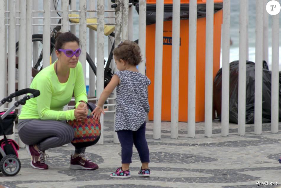 Guilhermina Guinle brinca com a filha na tarde desta quinta-feira, dia 10 de dezembro de 2015