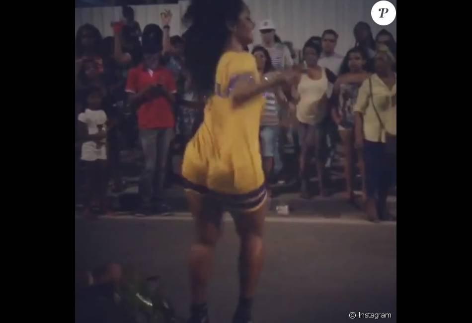 Juliana Alves mostrou samba no pé ao participar de ensaio de rua da Unidos da Tijuca para o Carnaval 2016, na noite desta quinta-feira, 10 de dezembro de 2015