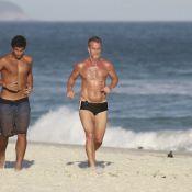 Marcello Novaes faz abdominais e corre com o filho Diogo na praia da Barra