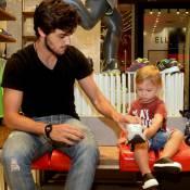 Felipe Simas, de 'Totalmente Demais', faz compras ao lado do filho, Joaquim