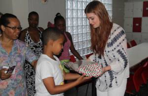 Marina Ruy Barbosa entrega presentes de Natal para crianças carentes no Rio