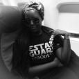 Lupita posou com chaveiro de Stormtrooper e um turbante já dentro do avião. '¡Viajando en Español pues!'