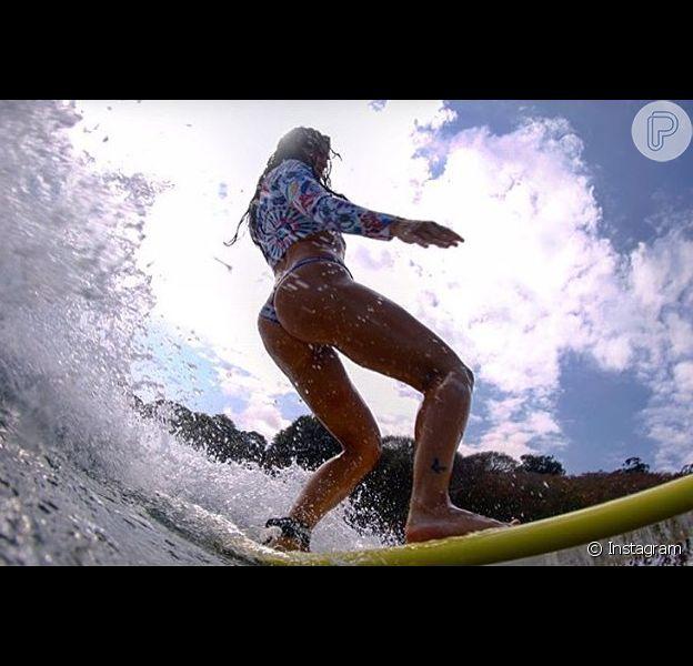 Carol Castro já é quase uma expert no surfe. Nesta quinta-feira (17), ela compartilhou no Instagram uma foto que comprova mais uma vez suas habilidades sobre as ondas