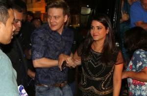 Michel Teló chega de mãos dadas com a mulher, Thais Fersoza, em show no Rio