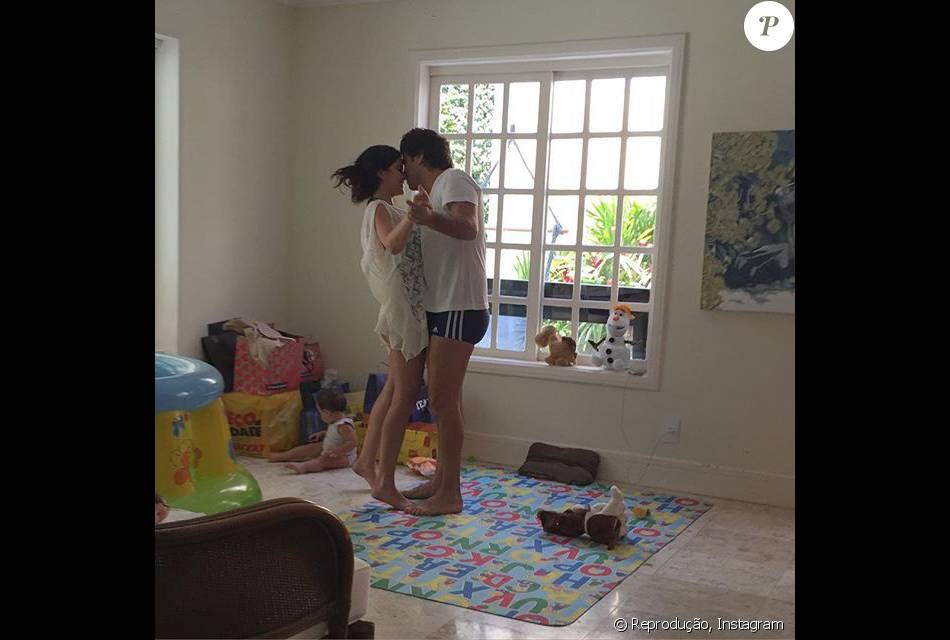 Vanessa Giácomo comemorou um ano de casamento com Giuseppe Dioguardi postando uma imagem da família neste domingo, 20 de dezembro de 2015