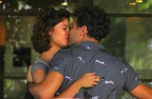 Aos 6 meses de gravidez, Sophie Charlotte namora Daniel de Oliveira em passeio