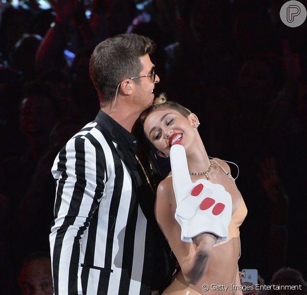 Apresentação de Miley Cyrus no VMA 2013 causa revolta e cantora é criticada por famosos