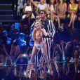 A cantora Kelly Clarkson usou duas palavras para descrever a performance: 'stripper desafinada'