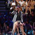 Miley Cyrus usou um biquíni cor de pele e fez coreografias com referências sexuais durante seu show ao lado do cantor Robin Thicke