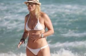 Christine Fernandes exibe boa forma de biquíni em praia do Rio. Veja fotos!