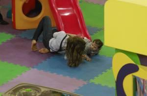 Grazi Massafera leva a filha, Sofia, para brincar em parquinho de shopping
