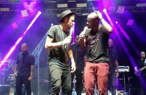 Neymar badala com a mãe e canta e dança no palco em show de Thiaguinho