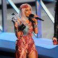 Em 2010, Lady Gaga criou polêmica antes mesmo de cantar. Ela foi ao prêmio com uma roupa feita de carne crua