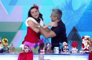 Otaviano Costa brinca ao trocar presentes com Monica Iozzi: 'Dá beijo na boca'