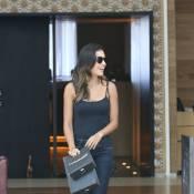 Mariana Rios usa look total black durante passeio com namorado em shopping