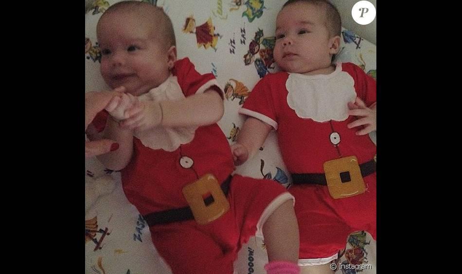 Luana Piovani compartilhou clique fofo de Liz e Bem, de três meses, no Instagram, nesta sexta-feira, 25 de dezembro de 2015