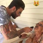 Gusttavo Lima faz a barba do pai, Alcino, no Natal: 'Cuidando do meu velho'