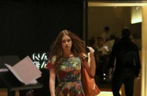 Marina Ruy Barbosa passeia de chinelo e vestido curto em shopping do Rio