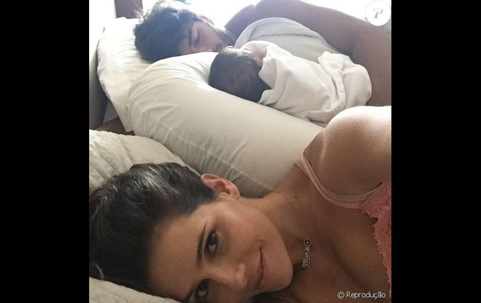 Deborah postou uma foto da filha dormindo com o pai