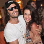 Rodrigo Santoro e a namorada, Mel Fronckowiak, vão a roda de samba em Alagoas